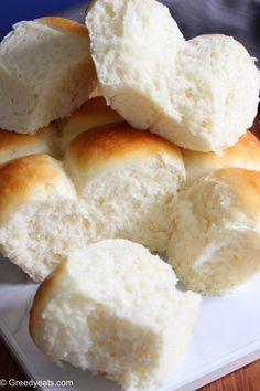 How to make the best homemade dinner rolls from scratch with simple ingredients. Baking yeast bread rolls just got a lot more easier! Homemade Yeast Rolls, Homemade Dinner Rolls, Dinner Rolls Recipe, Soft Rolls Recipe, Fluffy Dinner Rolls, Craving Carbs, Cooking Recipes, Cooking Ideas, Bread Recipes