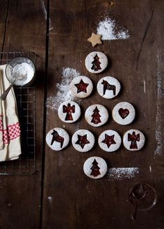 Początek grudnia to idealny moment na świąteczne wypieki ... pierniczków! Cynamonowe ciasteczka z biegiem czasu nabierają wyśmienitego, świątecznego smaku. Zobaczcie przepis na świąteczne pierniki.  Przepis na pierniczki Składniki na około 50 pierniczków: 2,5 szklanki mąki, 3 łyżki miodu, 4 szklanki cukru, 1,5 łyżeczki sody oczyszczonej, 2 łyżki kakao, 5 łyżek letniego mleka, 5 łyżek przyprawy piernikowej, 3 łyżki cynamonu, 1 łyżka roztopionego masła, 1 jajko. Przygotowanie: Przesiać mąkę i…