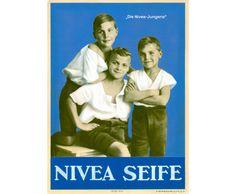 1924: Um die neuen Werbethemen wie Natürlichkeit, Frische und Aktivität zu unterstreichen, wird ein Foto von drei fröhlich und keck wirkenden Jungen als Plakat- und Anzeigenmotiv eingeführt. #nivea #history
