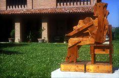 """""""Figura seduta"""" - Mario Ceroli, 1968/69. L'opera rappresenta una donna assisa realizzata in legno. Il legno racchiude, per l'artista, la memoria vegetale della vita sfuggita. Ca' la Ghironda (Bologna)"""