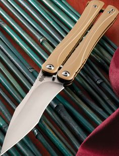 Butterfly Knife, Sting Like A Bee, Survival Tools, Knives And Tools, Blade Runner, Knife Making, Folding Knives, Blacksmithing, Edc