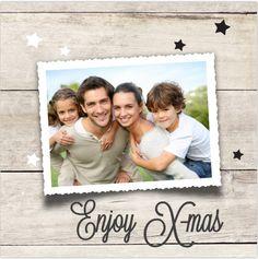 Moderne kerstkaart met hout look en sterren. Zelf aan te passen! Verzending gratis binnen Nederland en België.
