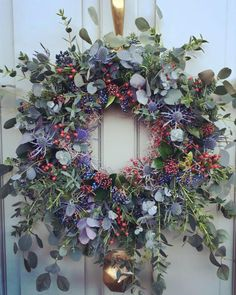 Most up-to-date Photos Spring Wreath floral Tips Should you be directly into doing DIY springtime wreaths, you might have perhaps encountered the dis Christmas Door Wreaths, Christmas Flowers, Noel Christmas, Winter Christmas, All Things Christmas, Christmas Crafts, Christmas Decorations, Holiday Decor, Winter Wreaths