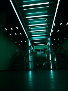 The light and color really set the cyberpunk feel. Damien Chazelle, Neon Noir, Sci Fi Environment, Neon Aesthetic, Night Aesthetic, Neon Lighting, Stage Lighting, Interior Lighting, Writing Inspiration