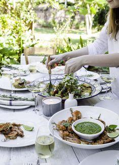A beautiful outdoor lunch table. Fresh Potato, Lunch Table, Crispy Potatoes, Date Dinner, Pesto, Potato Salad, Salads, Magazine, Outdoor