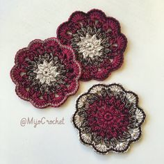 Happy flowery coasters for cold summer drinks. Enjoy! On the darker ones I have added a row of slip stitches on top of every double crochet and single crochet of the last row. På de mörkare underlä…