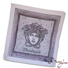 """Elegantná hodvábna šatka """"Medusa"""" z prírodného hodvábu, veľmi jemná na dotyk.  Hodvábna šatka s olejomaľbou inšpirovaná moderným umením. Dodajte aj jednoduchému outfitu eleganciu a luxus."""