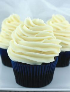 The Best Cream Cheese Frosting is the perfect version of this classic frosting. Cream Cheese Buttercream Frosting, Cupcake Frosting, Cupcake Cakes, Cheesecake Frosting, Poke Cakes, Layer Cakes, Frost Cupcakes, Köstliche Desserts, Delicious Desserts