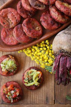 Darle un twist a las tradicionales sopaipillas es fácil con esta receta. Con un atractivo color rojo y el dulce sabor de las betarragas, esta receta tiene el mismo nivel de dificultad que las sopai…