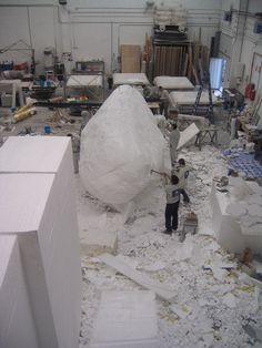 Talla de una roca gigante para cine. www.troppovero.com