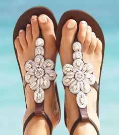 Handmade in Kenya, the Sereni Beaded Sandal is one of our Bestsellers and it's loved by Celebrities (As Livia Firth). Discover the new colours: Pink and White on coffee leather.