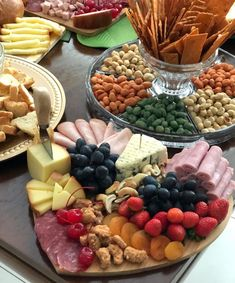 Cold table: 70 ideas, infallible tips and indispensable items Brunch Mesa, Grazing Food, Healthy Breakfast Menu, Party Food Platters, Charcuterie Platter, Christmas Appetizers, Aesthetic Food, Savoury Cake, Food And Drink