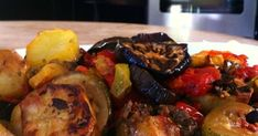 Υγιεινό φαγητό γεμάτο χρώματα και γεύσεις !!!!   Υλικά  κολοκυθάκια  πατάτες  μελιτζάνες  μανιτάρια πλευρώτους  κρεμμύδια  σκελίδες σκόρδ... Cookbook Recipes, Cooking Recipes, Side Dishes, Recipies, Pork, Meat, Chicken, Vegetables, Recipes