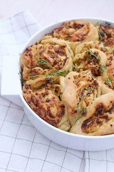 Mozzarellabrot nach Jamie Oliver für schöne Sommerabende   tastesheriff Bbq Grill, Grilling, Bread Recipes, Quiche, Cauliflower, Vegetables, Food, Education, Instagram