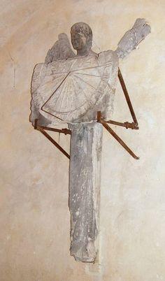 La statue-colonne originale  présentant son cadran solaire dans la crypte de la Cathédrale de Chartres