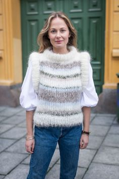 Strikkeoppskrift: MinMote-vesten - MinMote.no - Norges største moteside Vest Outfits, Turtle Neck, Pullover, Sweaters, Fashion, Wool, Moda, Fashion Styles, Sweater