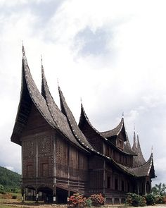 Rumah Gadang (traditional Minangkabau House, West Sumatra, Indonesia) Malastrana Vienna - Bali your turnkey Phinisi Interior Design Company Unusual Buildings, Interesting Buildings, Unusual Houses, Building Structure, Building A House, Amazing Architecture, Art And Architecture, Timor Oriental, Minangkabau