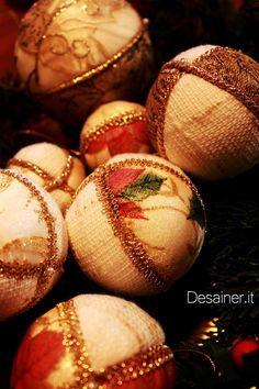 Palline di natale fai da te con tessuti, nastrini e perline. Palline in polistirolo, rivestite a mano con nastri decorativi e tessuti natalizi. Facili e veloci da preparare ma di grande effetto. Video tutorial.