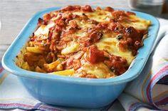 Πένες με μπέiκον λουκανικο και τυρια με κόκκινη σάλτσα στο φούρνο. Μια εύκολη συνταγή για ένα πολύ νόστιμο και λαχταριστό φαγητό για όλη την οικογένεια. Υλικά 500 γρ. πένες 3 κ.σ. ελαιόλαδο 2 μέτρια ξερά κρεμμύδια ψιλοκομμένα 2 σκελίδες σκόρδο λιωμένες 16 φέτες μπέικον χονδροκομμένες 2 κουτιά ντοματάκια κονκασέ [2 Χ 400 γρ.] 3 κ.σ. …