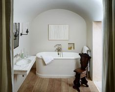 A shining example of luxury interior design by Rose Uniacke. Pimlico House experienced a total renovation and is now one of the 'loveliest houses in London'. Contemporary Interior Design, Luxury Interior Design, Bathroom Interior Design, Contemporary Tile, Bad Inspiration, Bathroom Inspiration, Bathroom Ideas, Simple Bathroom, Modern Vintage Bathroom