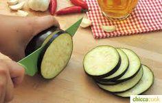 affettare/ tagliare a fette le melanzane
