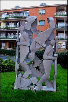 Grupo escultórico de Julia Irazustabarrena en la Plaza de San Ignacio, Algorta.  Se inauguró en 2010, como homenaje a las víctimas del terrorismo, con el título GUZTION ETXEA.