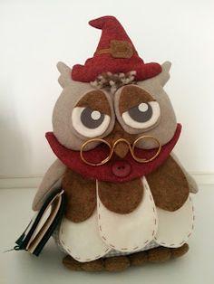 Il gufo   Nella notte due fanali gialli, tondi, uguali uguali.   Sopra il pino non c'è un ufo ma soltanto un grosso gufo:   Scruta attento ... Felt Owls, Owl Patterns, Christmas Projects, Biscuit, Projects To Try, Sewing, Handmade Gifts, Crafts, Christmas Crafts