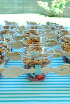 Para quem está organizando a festa sozinha e prefere utensílios descartáveis ao invés de louça, a dica é caprichar na decoração e apresentação dos pratos.