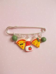 Brooches – Pizza brooch – a unique product by NahootDesign on DaWanda Polymer Clay Kawaii, Fimo Clay, Polymer Clay Charms, Polymer Clay Jewelry, Diy Gifts For Girlfriend, Cute Clay, Polymer Clay Miniatures, Clay Design, Clay Tutorials