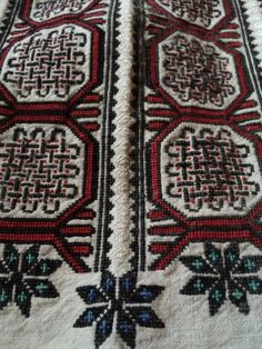 Дуже старовинна Буковинська сорочка Embroidery Patterns, Cross Stitch Patterns, Costume Design, Bohemian Rug, Folk, Projects To Try, Textiles, Traditional, Ornaments
