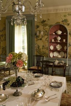 Every luxury dining room needs some eccentric and elegant furniture pieces. So, let us show you our selection of Modern Dining Tables to inspire you. Classic Dining Room, Luxury Dining Room, Elegant Dining Room, Modern Dining Table, Dining Tables, Traditional Dining Rooms, Traditional Interior, Classic Interior, English Country Decor