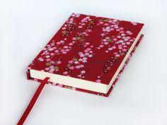 Libreta de encuadernación artesanal, páginas lisas blancas y tapa de tela japonesa.