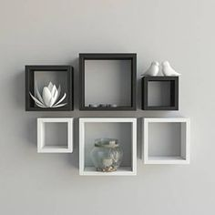 Os Nichos Decorativos possui 6 nichos para acomodação de objetos de decoração. Perfeitos para decorar sala de estar, home office, quarto do casal , quarto da criança, escritório ou comércio, deixando sua parede com muito estilo, expondo seus itens e acessórios decorativos de forma bonita e original. Produzido em mdf 15mm 2=30 cm x 30 cm x 10 cm 2=25 cm x 25 cm x 10 cm 2=20 cm x 20 cm x 10 cm. Código: 15202873