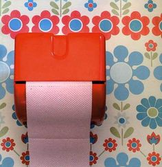 Loo paper holder in vibrant red. Love the floral wallpaper too! Vintage Girls, Vintage Love, Retro Vintage, Retro Bathrooms, Retro Flowers, Retro Home, Interior Exterior, Surface Pattern Design, Mid Century Design