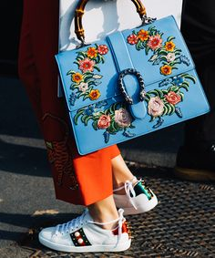Street Style at Milan Fashion Week Fall/Winter Fashion Mode, Fashion Bags, Street Fashion, Paris Fashion, Fashion Accessories, Fashion Outfits, Womens Fashion, Look Street Style, Street Looks