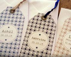 Le petit mot est un faire-part naissance créatif et original mixte au format étiquette bagage (aussi appelé tag ou étiquette américaine), avec ruban ou cordelette lin au choix – Le motif de fond à l'image des textilesvintage et scandinaves du moment est à décliner aux couleurs de votre choix. Un brin littéraire avec la typo …                                                                                                                                                     Plus