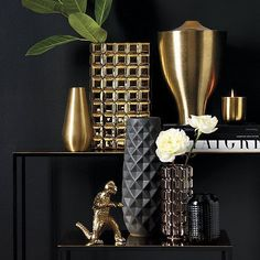 #YellowHomeAccessories Black And Gold Living Room, Vase Noir, Gold Vases, White Vases, Blue Vases, Decoration Design, Elegant Homes, Vases Decor, Decorating With Vases