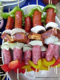 Brochettes de saucisses et légumes 4 Andouillettes 3 saucisses de porc au Maroilles 8 merguez 8 chipolatas 1 gros oignon 1/4 de poivron rouge, vert et jaune 2 petites courgettes 5 gros champignons de Paris 4 côtes de porc aux épices tex mex sel et poivre Couper les merguez et chipolatas en 4, peler et émincer l'oignon, couper les poivrons en gros morceaux couper les champignons en 4 et les courgettes en tronçons Couper les côte Alterner sur des piques à brochette, chipolatas...