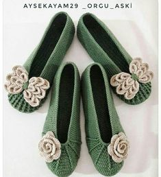 No photo description available. Knitting Patterns, Crochet Patterns, Knitted Baby Clothes, Knitted Slippers, Crochet Shoes, Sock Shoes, Crochet Flowers, Baby Knitting, Pure Products