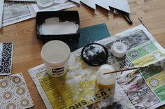 ■デコりたいもの  ■デコパージュ液 ■ペーパーナプキン ■はけ  専用のデコパージュ液は、セリアやダイソーなどの100均でも入手可能。 このお手軽さが良いですね!布、ペーパーナプキン、多目的など作りたいものに適した専用液もあります。