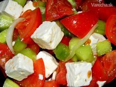 Ak zbožňujete grécke jedlá a grécku kuchyňu určite Vám ulahodí recept na Grécky šalát s  olivami. Tento šalát je veľmi osviežujúci, zdravý, je vhodný ako hlavné jedlo ale dobre  padne aj ako ľahká večera. Recept mám od priateľa, u ktorého som šalát prvýkrát  ochutnala. Jeho príprava je veľmi jednoduchá. Caprese Salad, Pasta Salad, Bon Appetit, Food And Drink, Favorite Recipes, Drinks, Healthy, Drinking, Beverages
