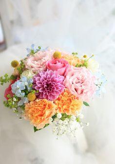 エバーグリーン花日記:カラフルで楽しい雰囲気のミックスカラーのクラッチブーケ。少しずついろんな種類のお花を束ねて。