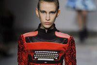 Mardi 21 février 2012, Mary Katrantzou inaugure le dernier jour des défilés de la Fashion Week automne-hiver 2012 de Londres, vers 9 heures. La créatrice britannique d'origine grecque revisite les objets du quotidien dans l'esprit des costumes de théâtre de l'Angleterre élisabéthaine. Robe machine à écrire...