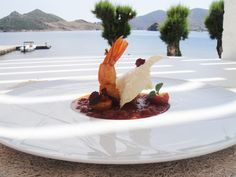 Γαρίδα σαγανάκι με σάλτσα τομάτας αρωματισμένη με ζωμό αστακού,τοματίνια κονφί,μπισκότο φέτας και λάδι δυόσμου...