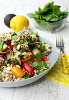 Vegetarischer Reissalat mit Avocado und Babyspinat