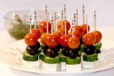 Pohostenie máte vybavené v momente: 21 nápadov na rýchle a chutné jednohubky, ktoré budú ozdobou každého stola! Mini Appetizers, Finger Food Appetizers, Appetizer Recipes, Tapas, Cute Food, Yummy Food, Wedding Buffet Food, Party Food Platters, Salad Dishes