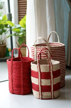 Gorgeous Santorini red and cream floor baskets. sac rayure rouge et blanc paille Rattan, Wicker, Red Cottage, Basket Bag, Red Basket, Red Accents, Shades Of Red, Basket Weaving, Woven Baskets