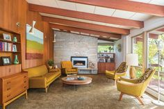 This mid century ranch renovation by Peterssen Keller Architecture is a serious time capsule. I like the beam structure in this home Mid Century Modern Living Room, Mid Century Decor, Mid Century Modern Design, Mid Century Modern Furniture, Mid Century Interior Design, Mid Century Ranch, Mid Century House, 21st Century, Mid-century Interior