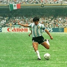 Diego Maradona of Argentina at the 1986 World Cup Finals. Sports Basketball, Sport Football, Sports Games, Fifa, Steven Gerrard, Soccer Pictures, Soccer Pics, Argentina Football Team, Premier League