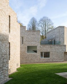 Architecture studio MICA has completed a boarding house in the grounds of Stowe School in England, featuring an assemblage of pale-brick volumes. British Architecture, Arch Architecture, Brick And Mortar, Brick And Stone, Building Exterior, Brick Building, Contemporary Windows, Boarding House, Brickwork